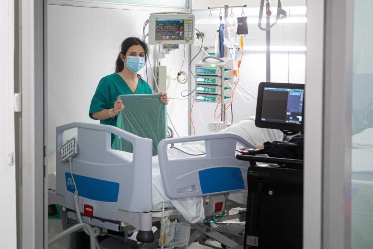 Atención a un paciente con covid-19 en una UCI.