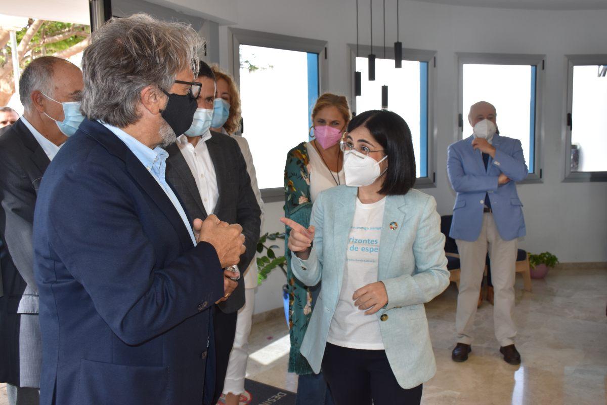 La ministra de Sanidad Carolina Darias, durante su visita a las instalaciones de la Fundación Canaria Yrichen en la localidad de Telde (Gran Canaria).