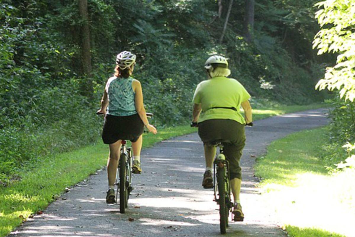 Dos mujeres montando en bicicleta