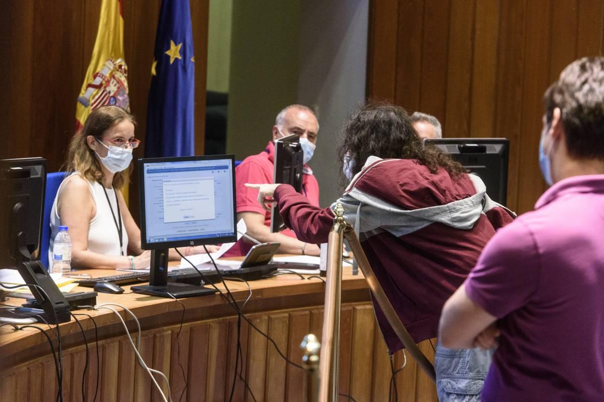 Uno de los candidatos de la elección MIR 2020 mirando las vacantes disponibles (Foto: Luis Camacho)