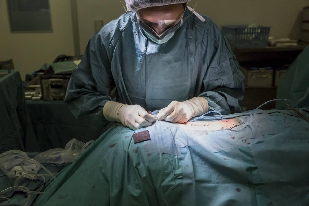 Enfermera realiza una sutura quirúrgica en el Hospital de Mollet. (Foto: Ariadna Creus y Àngel García / Banc de imatges infermeres)