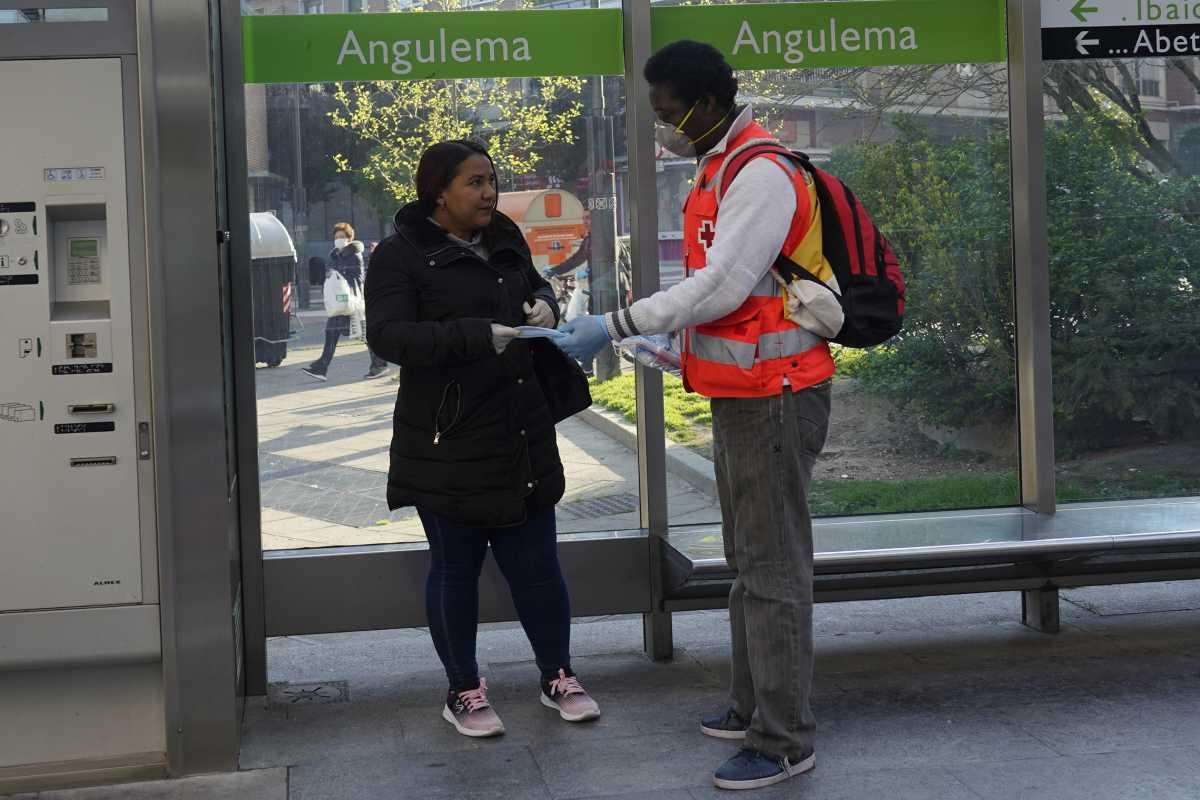 La entrega de mascarillas en el transporte público ayudó a concienciar a sus usuarios.