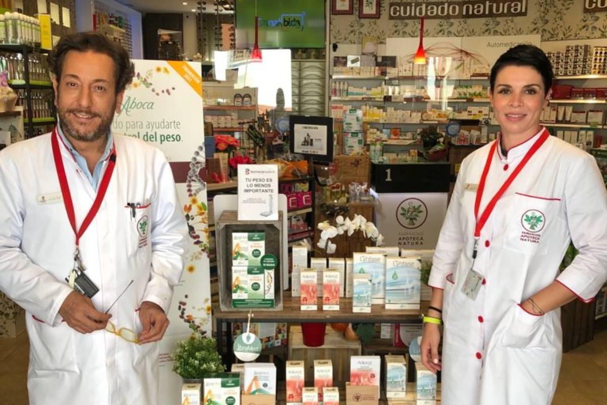 Antonio Serrano y Roc�o Gonzalez de Domingo, de la Farmacia Óptica AS de Salteras (Sevilla), participantes en la campaña de prevención del sobrepeso y la obesidad de Apoteca Natura.