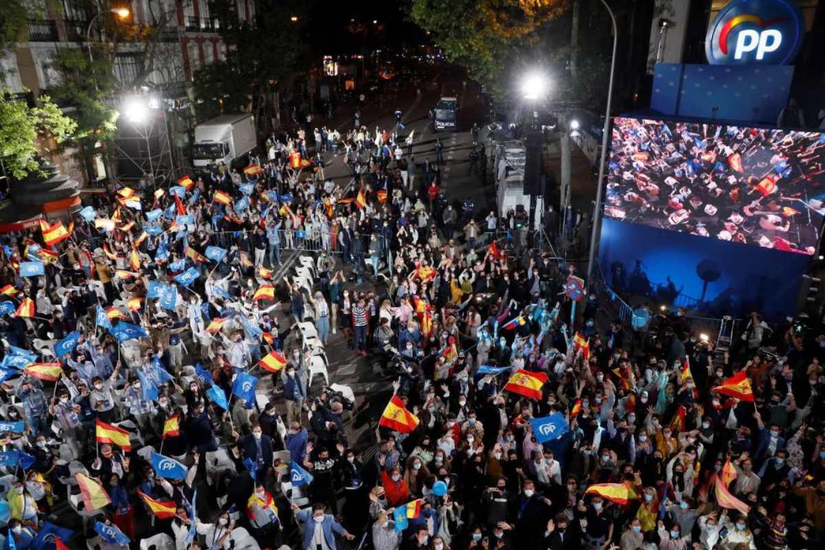 Seguidores del PP en los exteriores de la sede popular en la calle Génova, mientras se dan a conocer los resultados de las elecciones a la presidencia de la Comunidad el 4 de mayo en Madrid. (FOTO: EFE/Mariscal)