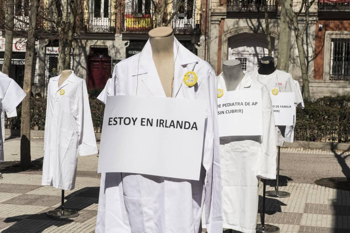 Fotografía de una 'performance' de Amyts para denunciar el déficit de médicos de atención primaria durante la huelga de marzo de 2021 (Foto: Luis Camacho)