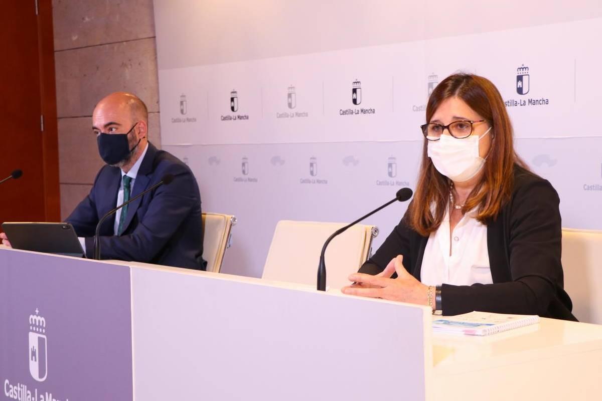 El director general de Recursos Humanos del Servicio de Salud de Castilla-La Mancha (Sescam), Iñigo Cortázar, y la gerente del Sescam, Regina Real.