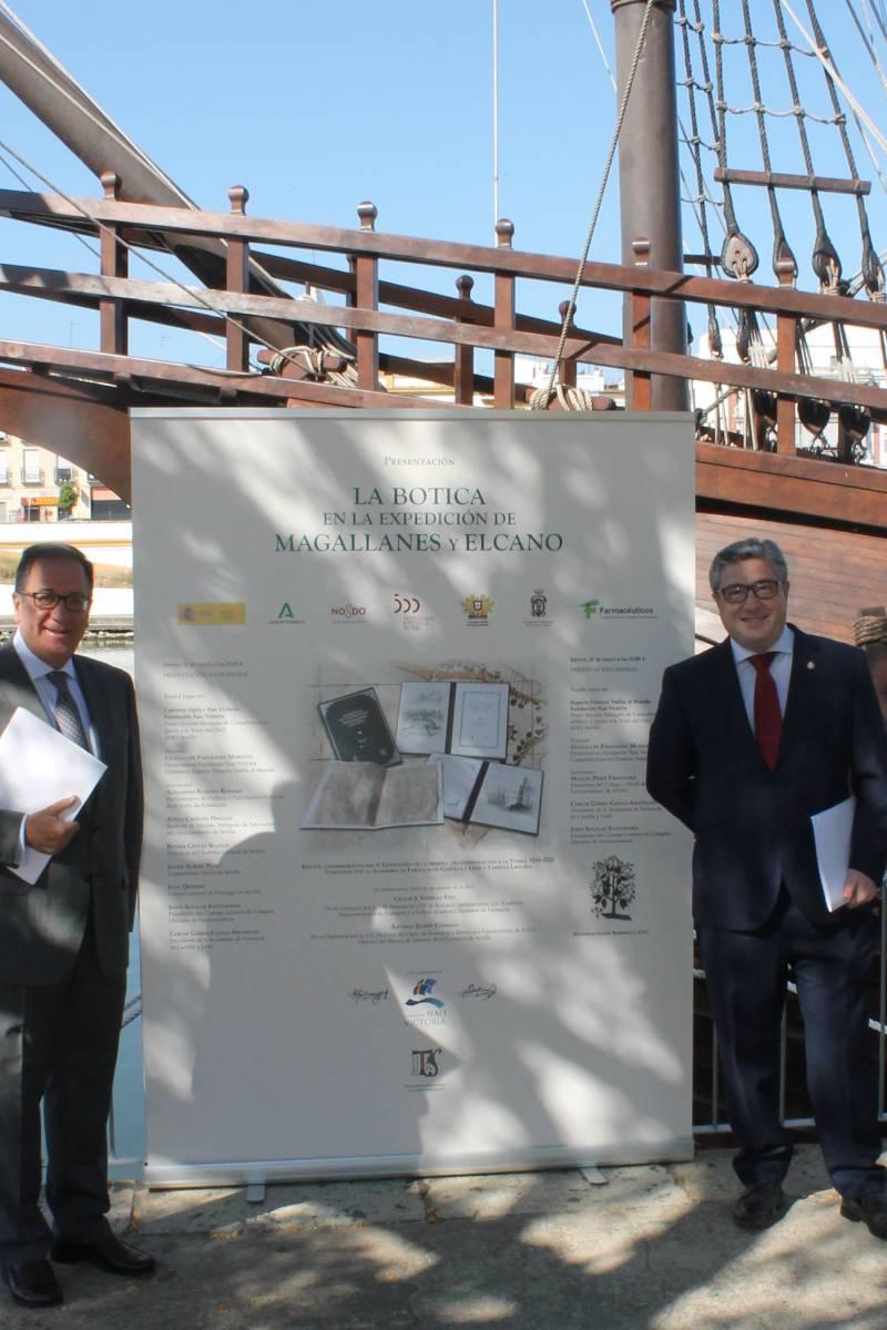 Cecilio Venegas y Antonio Ramos, en la nao Victoria, en Sevilla, durante la presentación del libro.