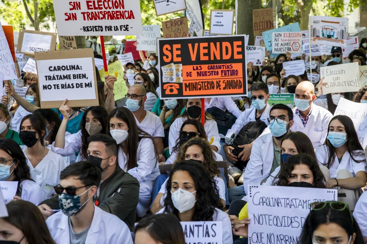 Varios de los carteles que llevaban los manifestantes iban dirigidos a la ministra de Sanidad, Carolina Darias (Foto: Bernardo Díaz)