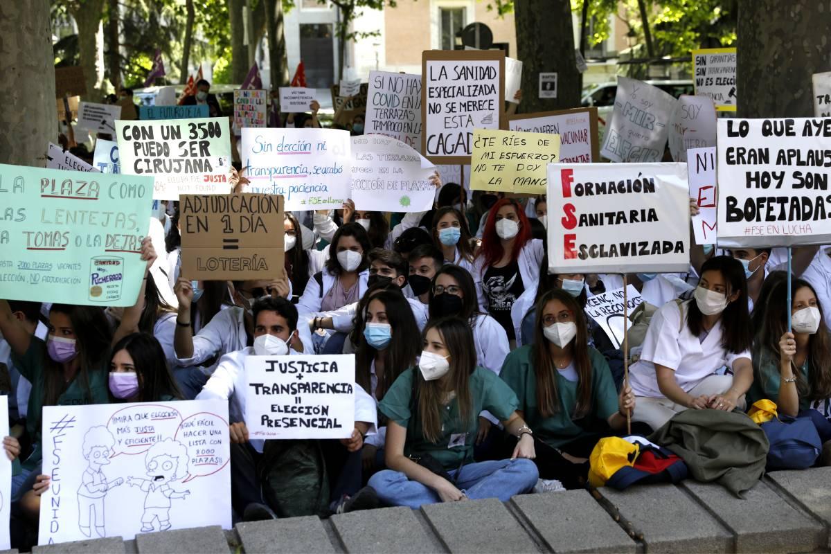 Aspirantes MIR, EIR y FIR 2021 sentados en el Paseo del Prado, en protesta por la elección telemática (Foto: Bernardo Díaz)