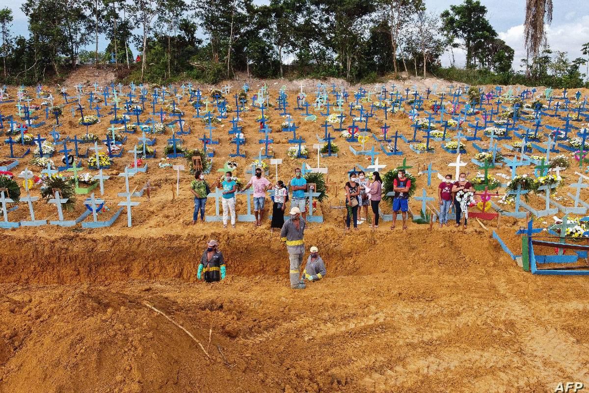 Cementerio improvisado en Brasil.