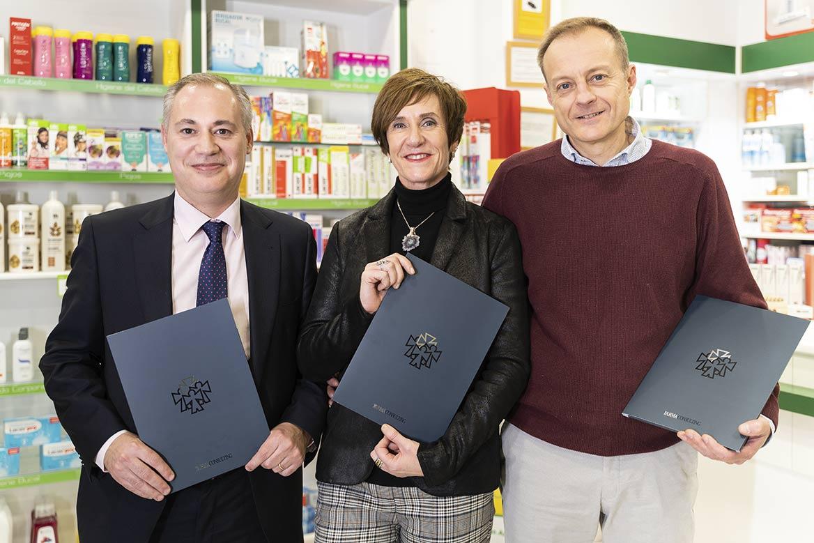 Ignacio Fernández, Asesor Patrimonial de Farmaconsulting, con los farmacéuticos Nuria Ruiz y Enrique Gálvez.