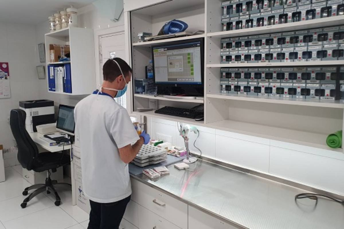 Trabajando en la farmacia de Dalt.