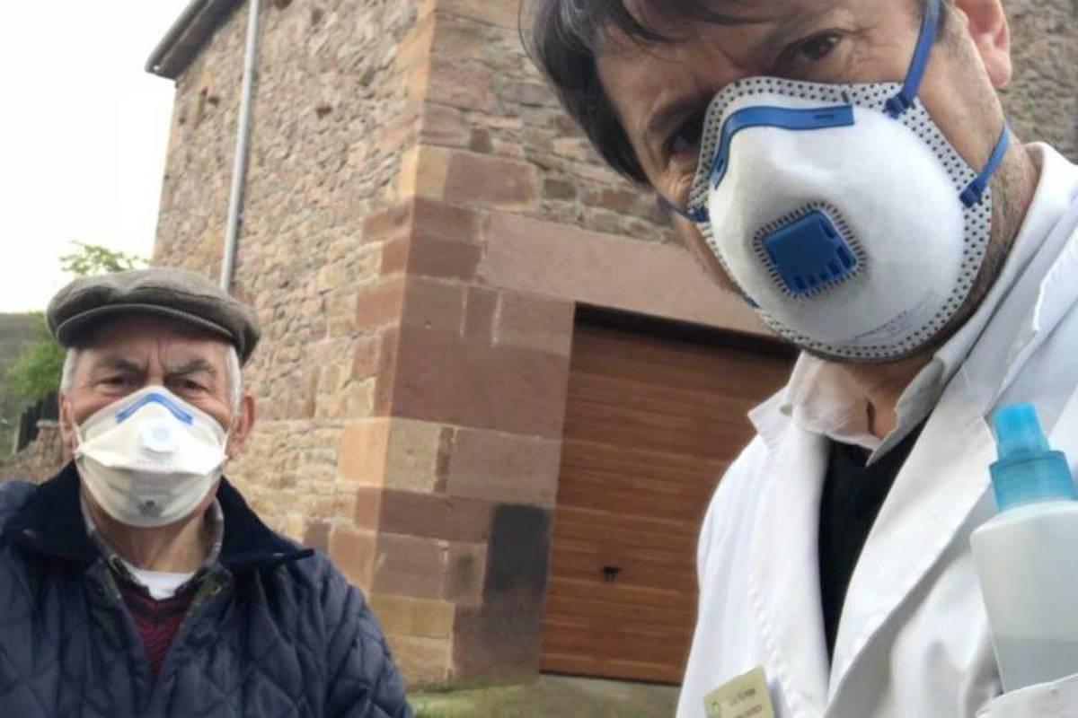 Luis Noriega Pino, farmacéutico de Mataporquera (Cantabria), realizando atención farmacéutica domiciliaria.
