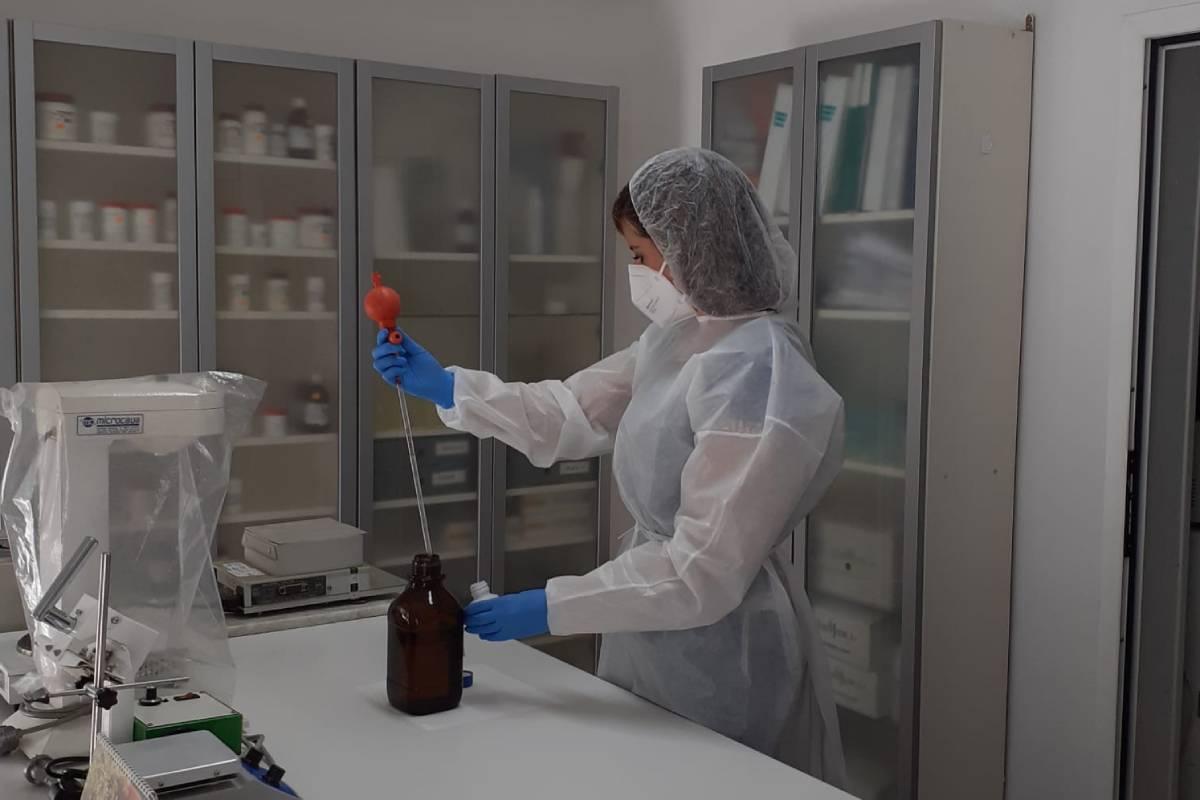 Farmacéutica adjunta elaborando fórmula magistral de metadona en la farmacia de Remedios Piñol, en el centro de Madrid.