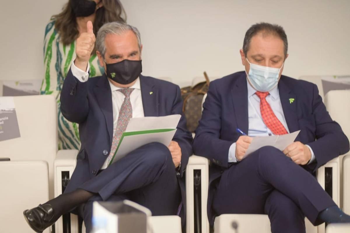 Jesús Aguilar, presidente del Consejo de COF, junto a Juan Pedro R�squez, vicepresidente, durante el escrutinio. /JL. Pindado