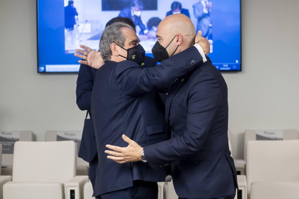 Abrazo entre Jesús Aguilar, presidente del Consejo General de COF, y Sergio Marco, presidente del COF de Castellón y su rival en estas elecciones. /JL. Pindado.