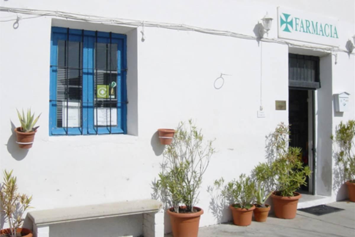 Farmacia en Andaluc�a, con la caracter�stica fachada de cal.