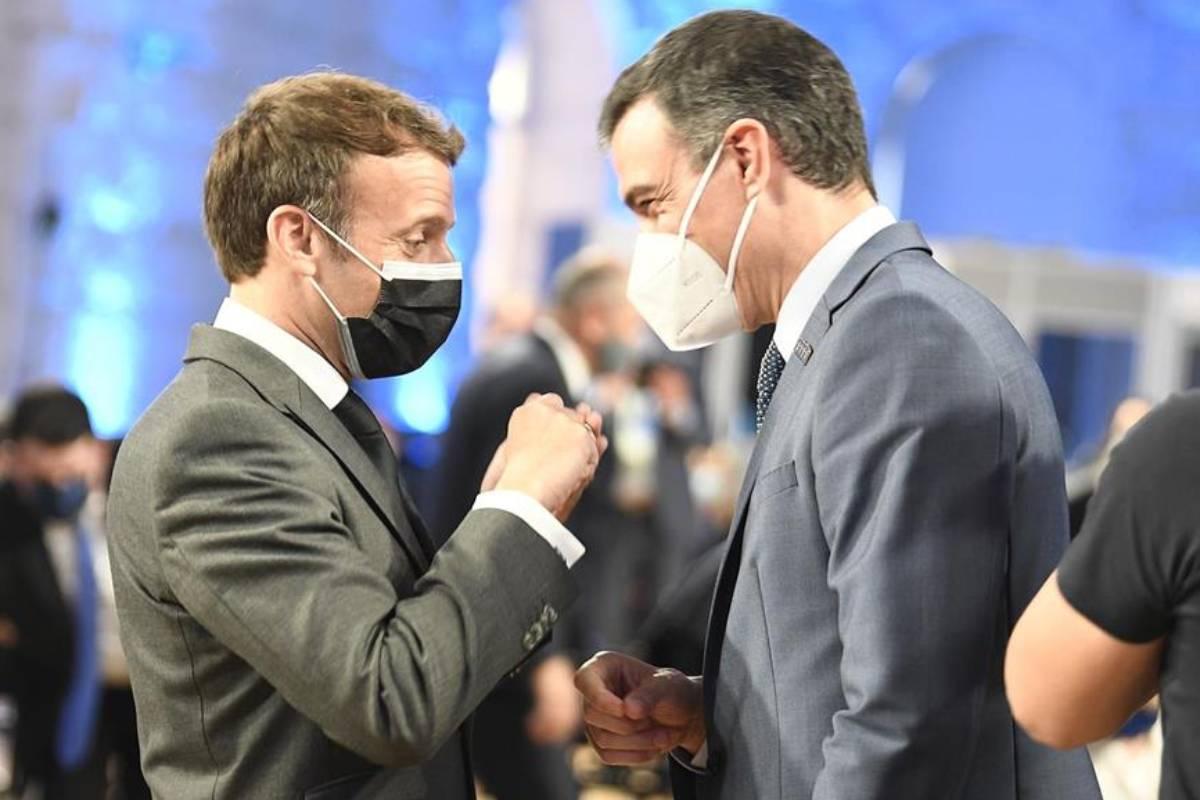 El presidente francés, Emmanuel Macron, con el español, Pedro Sánchez, en la Cumbre Social de Oporto. / Pool Moncloa-Borja Puig de la Bellacasa.