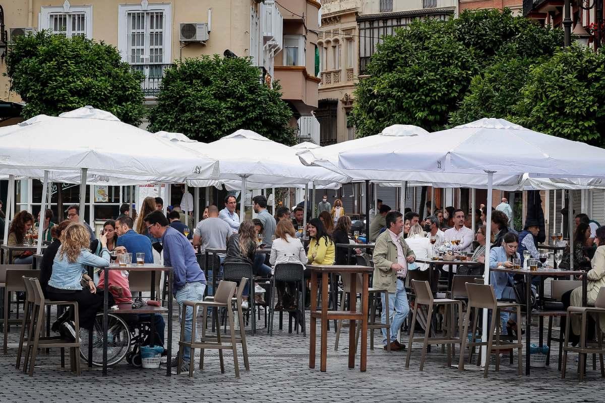 Una terraza en el centro de Sevilla. /José Manuel Vidal (EFE).