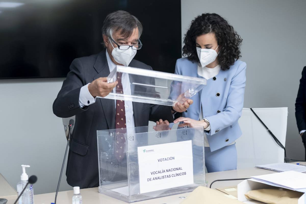 Luis González, presidente de la Mesa Electoral y del COF de Madrid, con Mª Engracia Pérez, secretaria de la Mesa y presidenta del COF de Salamanca. /JL. Pindado