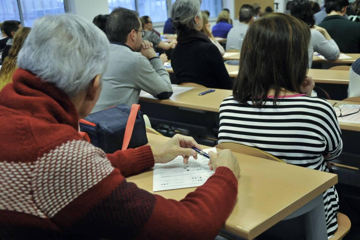 Momentos previos a la realización de los exámenes de una oposición de Medicina Familia y Comunitaria en el Servicio Andaluz de Salud (Foto: Juan Flores)