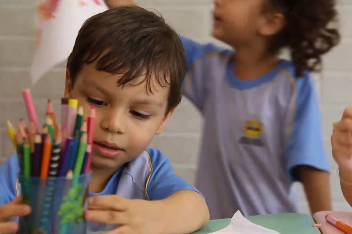 Niños coloreando.