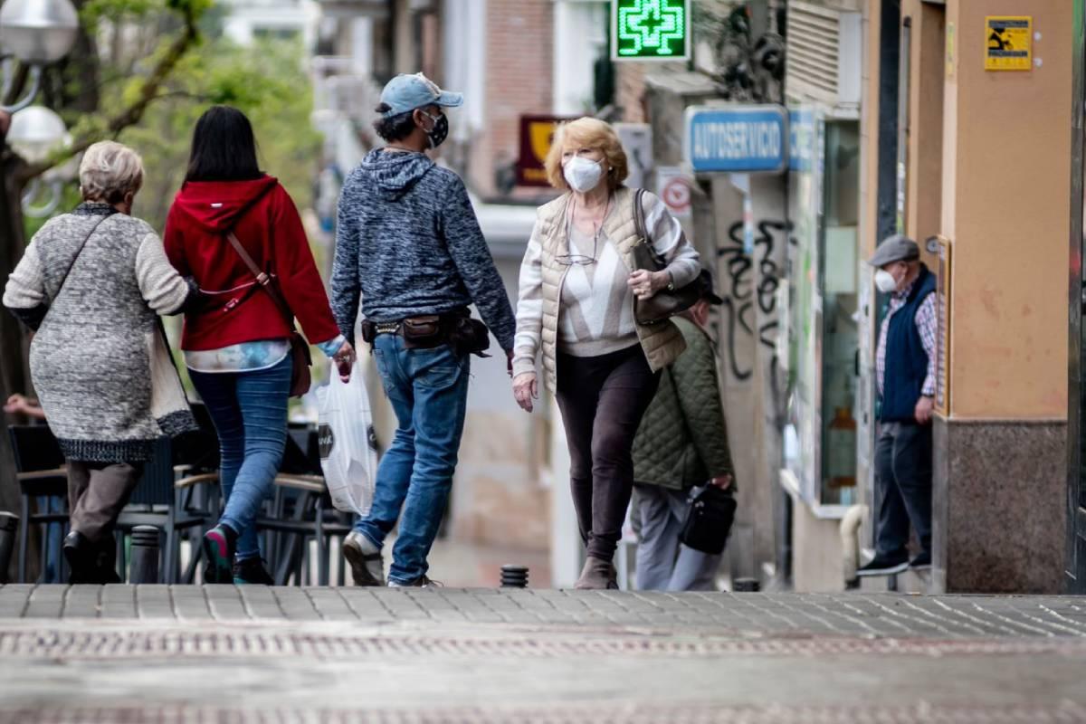 Gente paseando por la calle con mascarilla. FOTOGRAFÏA: José Luis Pindado.