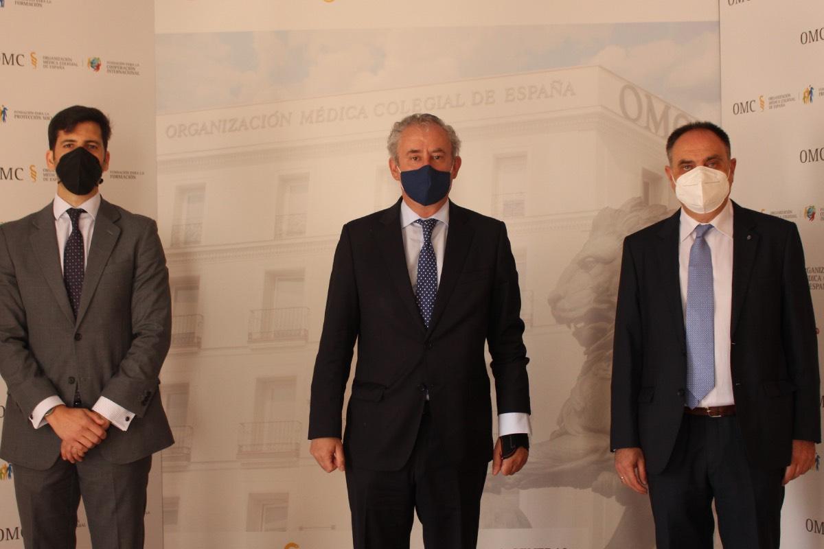 Tomás Cobo, presidente de la OMC, flanqueado por el abogado José Carlos Páez (izquierda) y Manuel Carmona, vocal de Ejercicio Libre (FOTO: Cgcom).