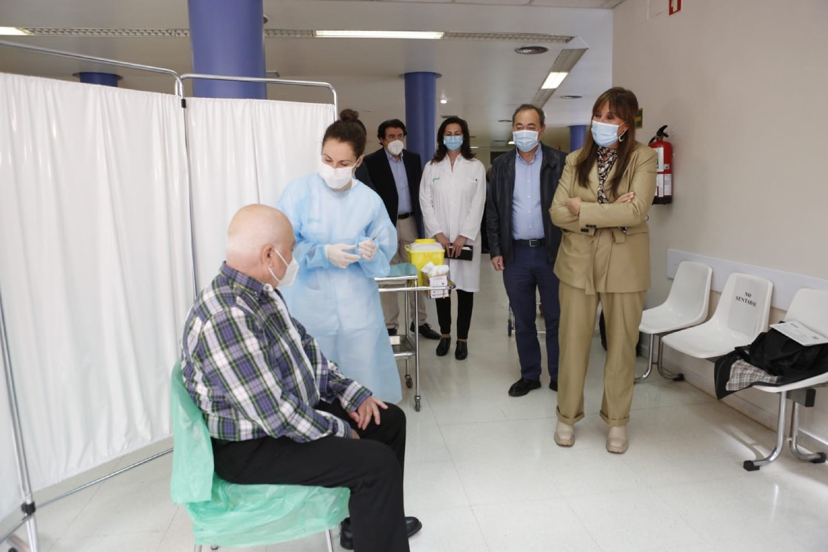 La consejera de Sanidad de Aragón, Sira Repollés, visita un centro de salud de la comunidad durante la campaña de vacunación contra la covid (FOTO: DGA).