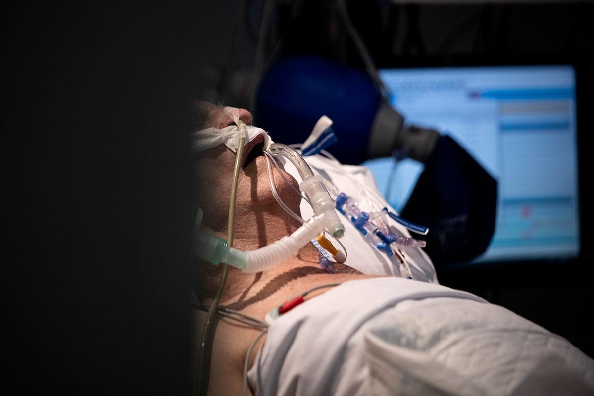Paciente con covid-19 ingresado en la UCI del Hospital Infanta Sofía (FOTO: Alberto di Lolli).