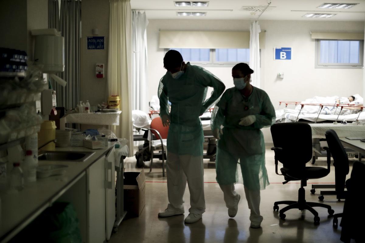 Dos sanitarios se preparan para atender a los pacientes en el servicio de Urgencias de un hospital de la Comunidad de Madrid (FOTO: Alberto Di Lolli).