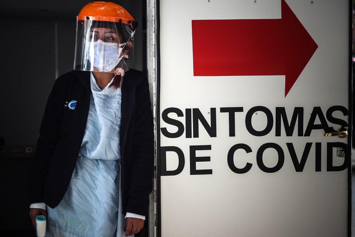 Una sanitaria hace guardia en una zona de Urgencias en una clínica de Buenos Aires. (FOTO: EFE/Juan Ignacio Roncoroni)