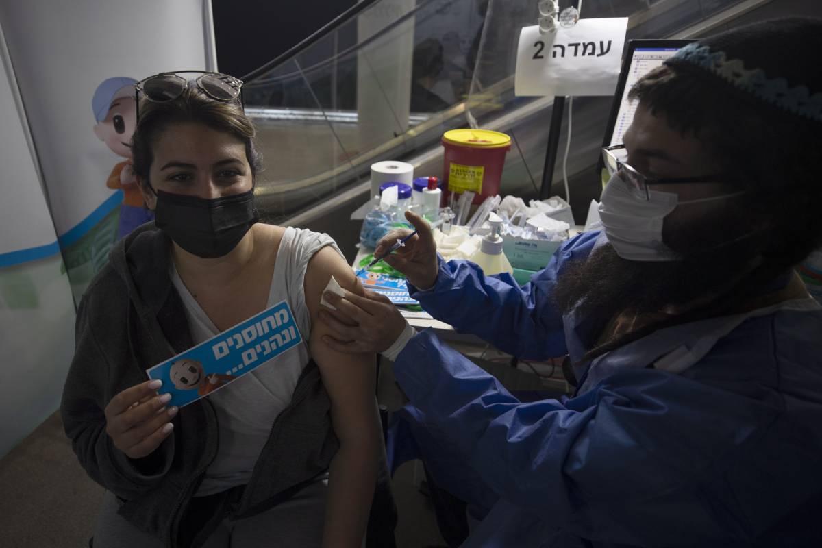 Una mujer recibe la vacuna contra el coronavirus en Jerusalén.