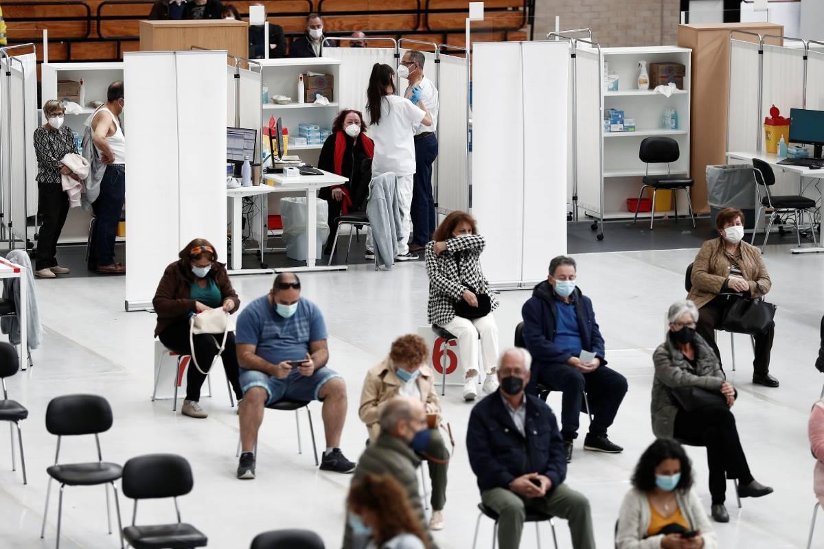 El polideportivo de la Universidad Pública de Navarra se convierte en el vacunódromo principal de la Comunidad Foral, con capacidad para inocular mas de 2.000 dosis al día. (FOTO: EFE/ Jesús Diges)