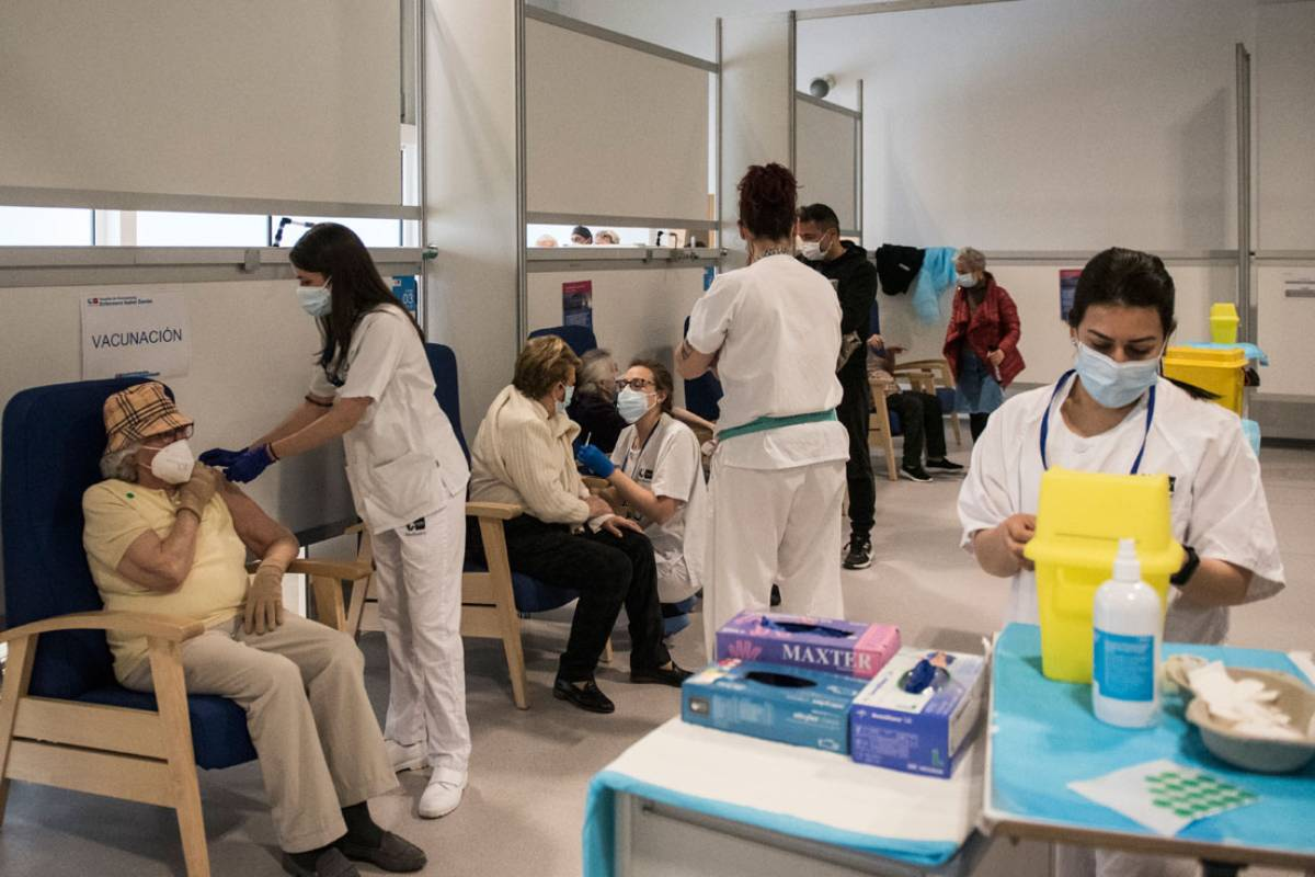 Vacunación masiva en el Hospital Zendal de Madrid (FOTO: Luis Camacho).