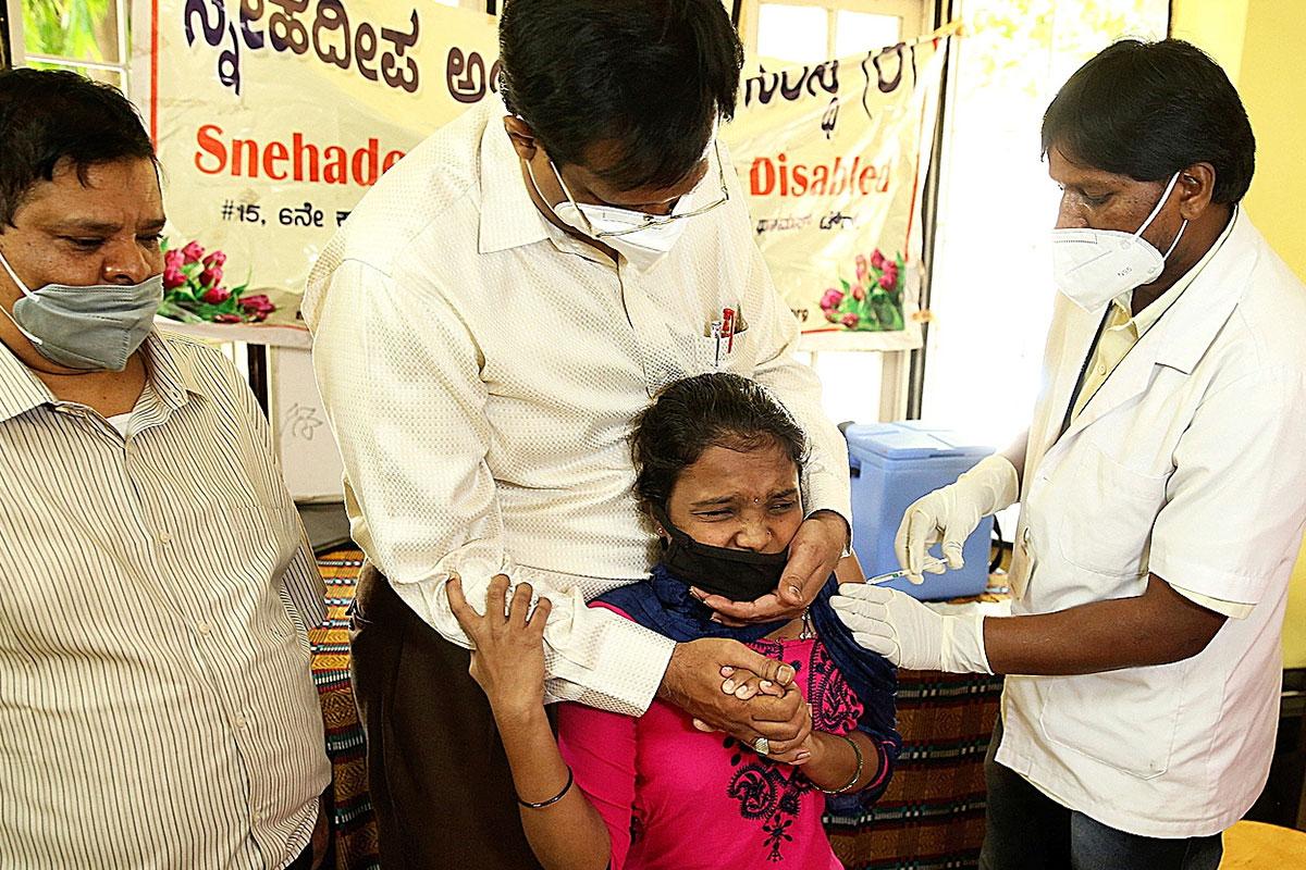 Vacunación del coronavirus a una niña en Bangalore, India, pa�s que hace frente a una grave ola por covid. FOTO: EFE.