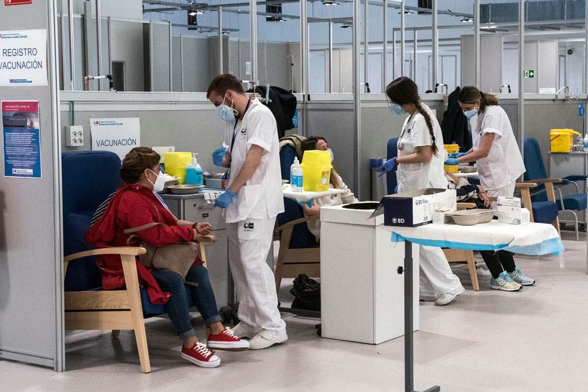 Vacunando en el Hospital de Emergencias Enfermera Isabel Zendal. /Luis Camacho.