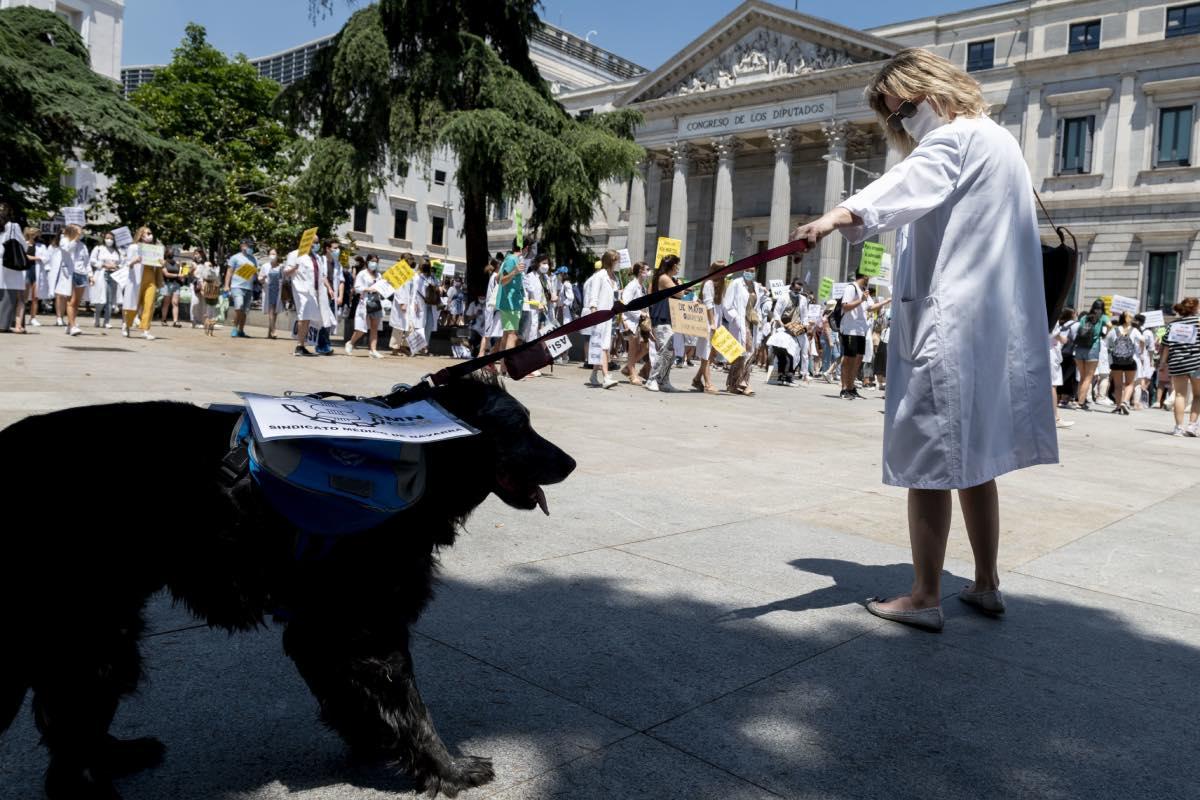 Aspecto de la manifestación de especialistas en formación del pasado 8 de junio a su paso por la sede del Congreso de los Diputados, en Madrid (FOTO: José Luis Pindado).
