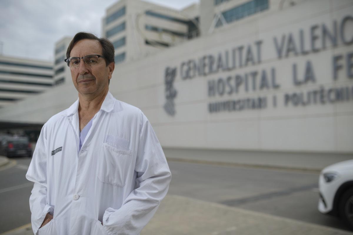 El nuevo presidente de la Semicyuc compaginará su cargo con la jefatura del Servicio de Medicina Intensiva en el Hospital La Fe de Valencia, donde ejerce desde hace siete años (FOTO: Kike Taberner).