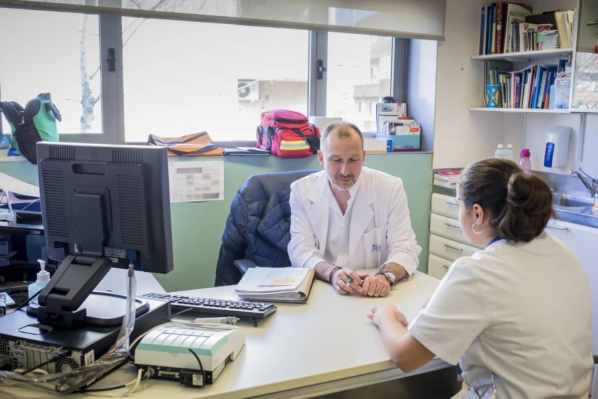 El BOCM publica el procedimiento y requisitos de acreditación de oficio de los enfermeros adscritos o vinculados al Sermas, as� como de aquellos adscritos y vinculados a entidades con las que tiene suscritos convenios singulares para la gestión de la asistencia sanitaria. FOTO: Ariadna Creus y Ángel Garc�a (Banc Imatges Infermeres).