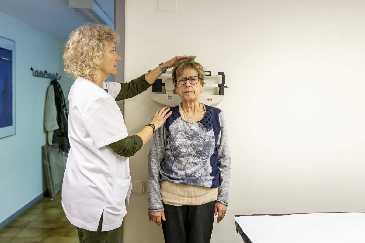 Una enfermera comunitaria midiendo a una paciente. FOTO: Ariadna Creus y Ángel García (Banc Imatges Infermeres).