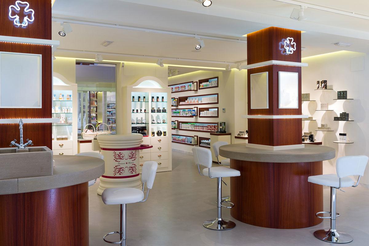 Farmacia Hermosa (Mancha Real, Jaén) fue uno de los proyectos premiados en los 'International Store Design Awards' de Nueva York en 2013. Fotograf�a IKUO MARUYAMA