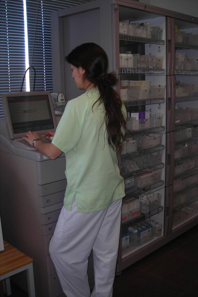 Uno de los SADM del Hospital Infanta Leonor, de Madrid, manejado por una profesional del Servicio de Farmacia.