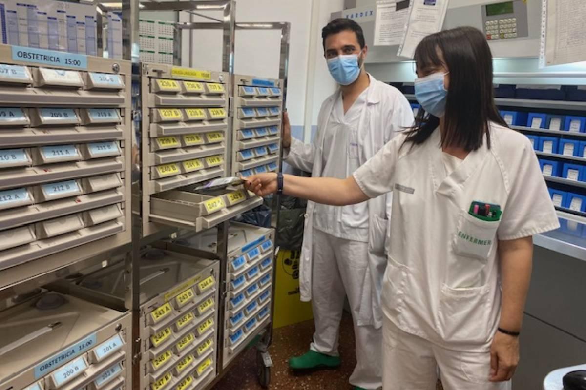 Profesionales de Enfermer�a manejando fármacos correspondientes a los diferentes servicios y plantas del Hospital Vega Baja, en Alicante.