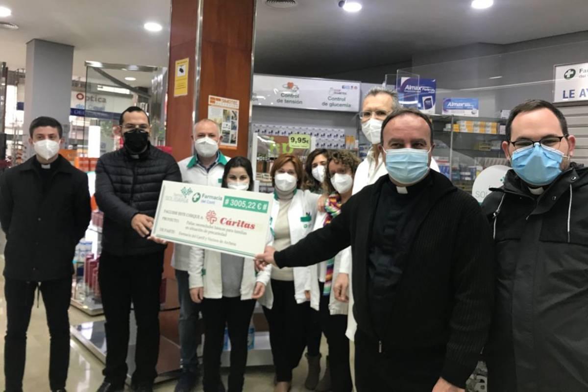El equipo de la Farmacia El Carril, en Archena, Murcia, haciendo entrega del donativo a Cáritas.