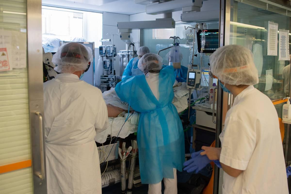 En el Hospital Clínic de Barcelona un equipo de sanitarios trabaja en la atención a un paciente en la unidad covid del hospital.