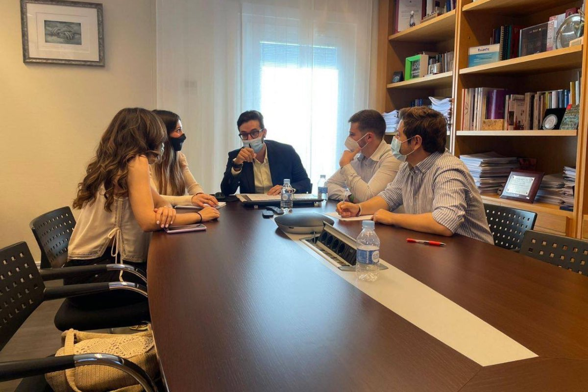 Los representantes MIR de la OMC, CESM y FSEUnida, durante la preparación de la reunión que hoy han mantenido con la ministra de Sanidad, Carolina Darias (FOTO: FSEUnida).