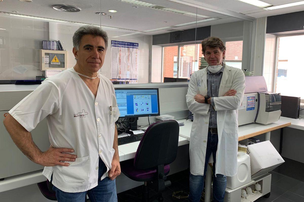 Alfredo Minguela y Enrique Bernal en los laboratorios del IMIB. FOTO: IMIB.