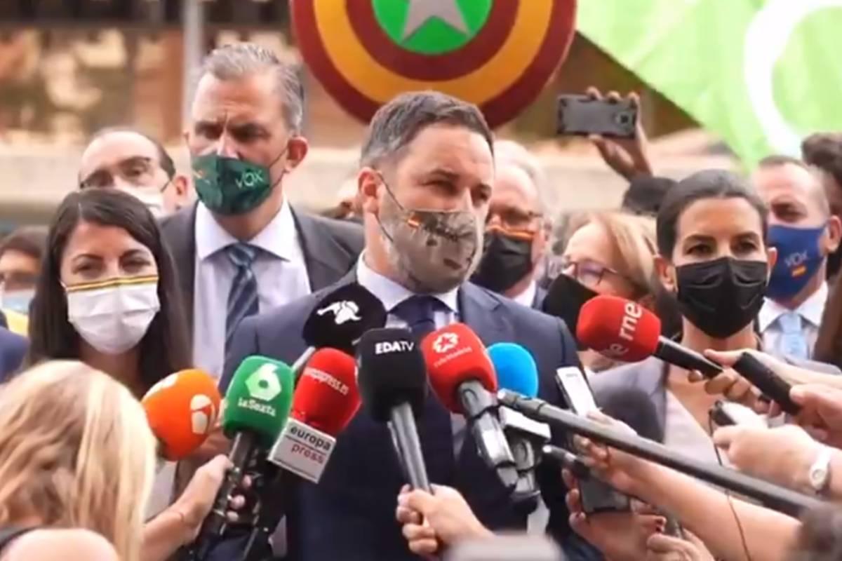 El líder de Vox, Santiago Abascal, y destacados dirigentes del partido atendieron a los medidos a la entrada del Tribunal Constitucional donde esta mañana han presentado su recurso a la ley de la eutanasia.