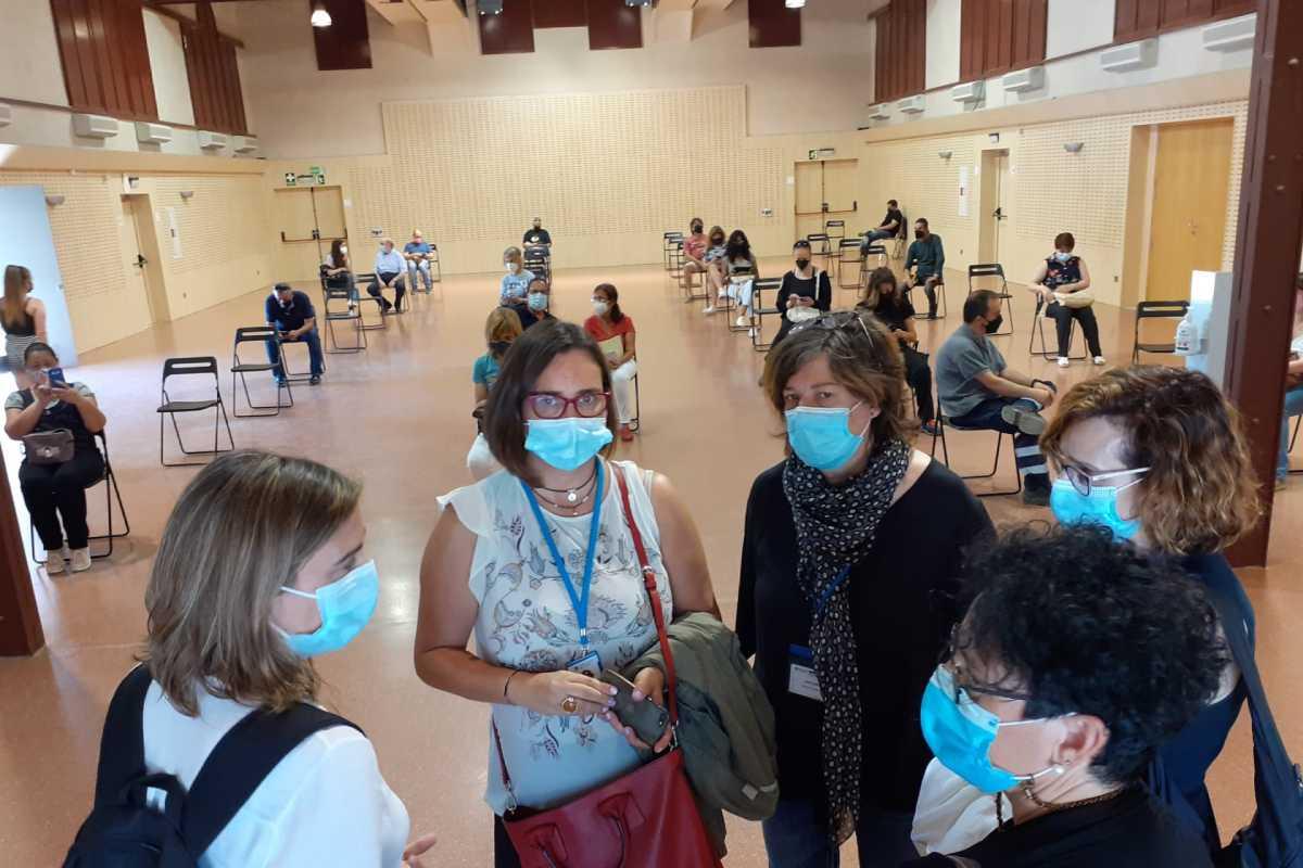 Yolanda Lejardi (segunda por la izquierda) conversa con un grupo de personas en un centro de vacunación masiva. Foto: ICS